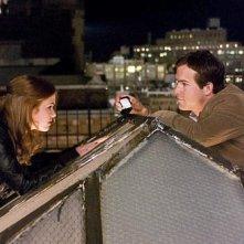 Isla Fisher e Ryan Reynolds in una sequenza di Certamente, forse