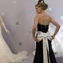 Katherine Heigl (di spalle) protagonista del film 27 volte in bianco