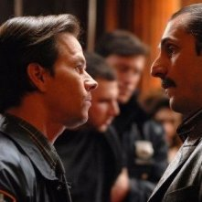 Mark Wahlberg e Alex Veadov in una sequenza de I padroni della notte