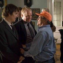 Philip Seymour Hoffman, Ethan Hawke e Sidney Lumet sul set del film Onora il padre e la madre