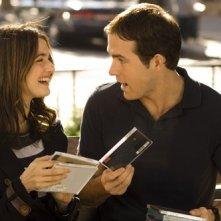 Rachel Weisz e Ryan Reynolds in una scena di Certamente, forse