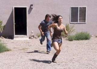 Sophia Bush e Zachary Knighton in una scena di The Hitcher