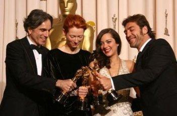 Academy Awards 2008 - foto di gruppo per gli attori vincitori: Tilda Swinton, Daniel Day-Lewis, Javier Bardem, Marion Cotillard