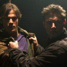 Jared Padalecki e Jensen Ackles discutono nel pilot di Supernatural