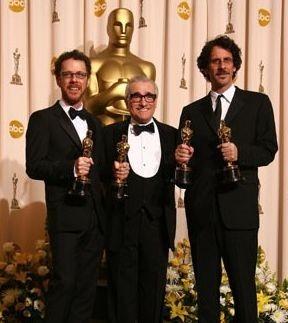 Oscar 2008: Martin Scorsese insieme a Joel ed Ethan Coen, vincitori delle statuette per la sceneggiatura, la regia e per il miglior film con Non è un paese per vecchi.