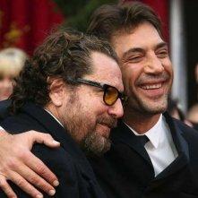 Javier Bardem abbraccia Julian Schnabel sul red carpet  degli 80° Academy Awards.