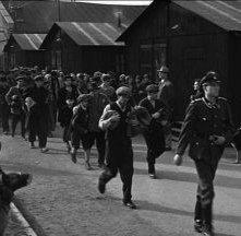 Prigionieri ebrei scortati dai nazisti in Schindler's List