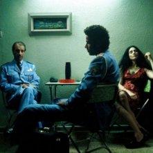 Sasson Gabai, Saleh Bakri e Ronit Elkabetz in una scena del film La banda