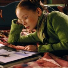 La piccola Bertille Noël-Bruneau in una scena del film La volpe e la bambina