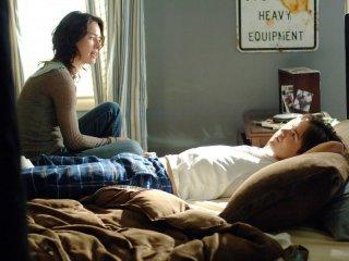 Lena Headey e Thomas Dekker in un momento tranquillo del Pilot di Sarah Connor Chronicles
