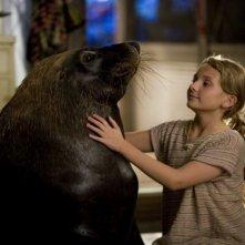 Abigail Breslin con la sua amica foca in una scena del film Alla ricerca dell'isola di Nim.