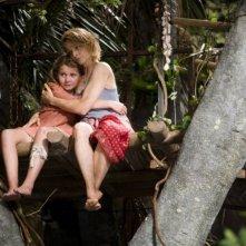 Abigail Breslin con Jodie Foster in una scena del film Alla ricerca dell'isola di Nim.