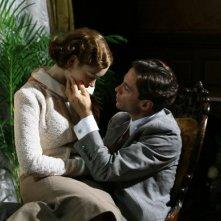 Cristiana Capotondi e Alessio Boni in una scena romantica di 'Rebecca, la prima moglie'