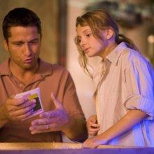 Gerard Butler e Abigail Breslin in una sequenza del film Alla ricerca dell'isola di Nim.