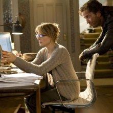 Jodie Foster con Gerard Butler in una sequenza del film Alla ricerca dell'isola di Nim.
