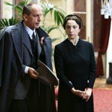 Mariangela Melato e Tomas Arana in una scena di 'Rebecca, la prima moglie'