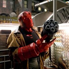 Ron Perlman nei panni di Hellboy in una scena di Hellboy - The Golden Army