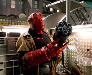 Ron Perlman nei panni di Hellboy in una scena di Hellboy - The Golden Army