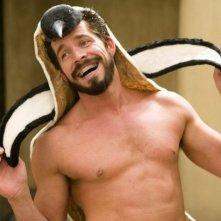 Sean Maguire con il cappello-pinguino in una scena del film 3ciento - Chi l'ha duro... la vince
