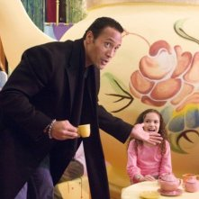 Dwayne Johnson (The Rock) e Madison Pettis in una scena del film Cambio di gioco
