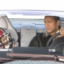 Dwayne Johnson e Madison Pettis in una divertente scena del film Cambio di gioco