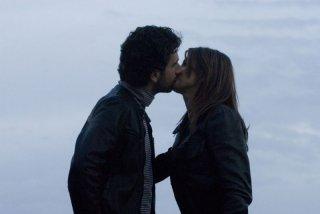 Elisabetta Canalis e Alessandro Siani in una sequenza d'amore del film La seconda volta non si scorda mai