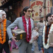 Jason Schwartzman, Owen Wilson e Adrien Brody in una sequenza della commedia Il treno per il Darjeeling