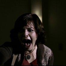 Donna, inerpretata da Kristie Marsden, scopre il cadavere sfigurato di suo padre ucciso da Bloody Mary nell'episodio 'Terrore allo specchio'