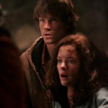 Jared Padalecki e Gina Holden nei tunnel della miniera, covo del Wendigo che ha catturato i loro fratelli nell'episodio Wendigo