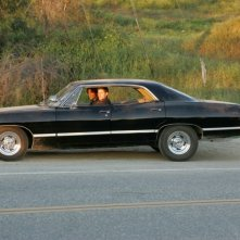 Jensen Ackels e Jared Padalecki nell'auto di famiglia, una Chevy Impala del '67, nel pilot di Supernatural