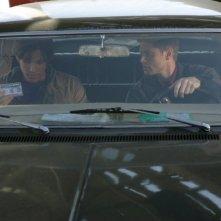 Jensen Ackels e Jared Padalecki seduti nell'Impala, mentre discutono su come procedere le indagini nell'episodio 'la caccia ha inizio'
