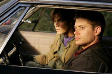 Jensen Ackels e Jared Padalecki si accostano alla scena di un crimine nell'episodio pilota di Supernatural