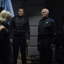 Katee Sackhoff, Edward James Olmos, Michael Hogan e Tahmoh Penikett in una scena dell'episodio 'Six of One' della quarta stagione di Battlestar Galactica