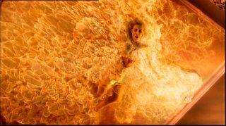 Samantha Smith prende fuoco mentre è bloccata sul soffitto nell'episodio 'la caccia ha inizio'