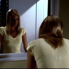 Chelan Simmons allo specchio mentre sta per essere uccisa da Bloody Mary nell'episodio 'Terrore allo specchio' di Supernatural
