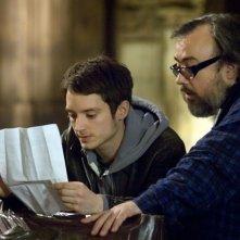 Elijah Wood e il regista Álex de la Iglesia sul set del film Oxford Murders - Teorema di un delitto
