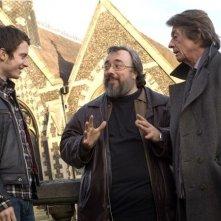 Elijah Wood, John Hurt e il regista Álex de la Iglesia sul set del film Oxford Murders - Teorema di un delitto