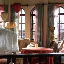 Eva Longoria e Lake Bell in una sequenza del film La sposa fantasma