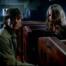 Jared Padalecki e Jane McGregor in chiesa si accorgono che sta succedendo qualcosa di strano in 'Hookman' della serie Supernatural
