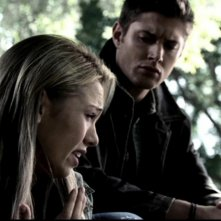 Jensen Ackles ascolta il racconto di Marnette Patterson nell'episodio 'Terrore allo specchio'
