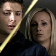 Jensen Ackles e Amy Grabow mentre notano lo strano comportamento del cane del vicino nell'episodio 'Questione di pelle'