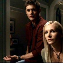 Jensen Ackles e Amy Grabow nell'episodio 'Skin', osservano il video di sorveglianza che incrimina il fratello di Becky, Zach