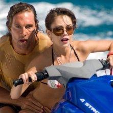 Matthew McConaughey e Alexis Dziena in una scena del film Tutti pazzi per l'oro