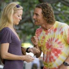 Matthew McConaughey e Kate Hudson in una scena del film Tutti pazzi per l'oro