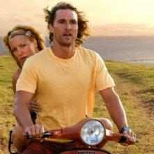 Matthew McConaughey e Kate Hudson in una sequenza del film Tutti pazzi per l'oro