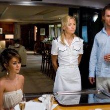 Matthew McConaughey, Kate Hudson e Alexis Dziena in una scena del film Tutti pazzi per l'oro