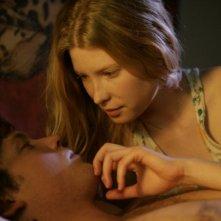 Khan Chittenden ed Emma Booth in una scena del film Il matrimonio è un affare di famiglia