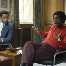 Chiwetel Ejiofor e Don Cheadle in una scena del film Talk to me