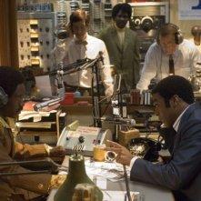 Chiwetel Ejiofor e Don Cheadle in una sequenza del film Talk to me