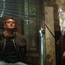 Jensen Ackles è Dean Winchester minacciato da Missy Bender, interpretata da Alexia Fast nell'episodio 'La famiglia Bender' di Supernatural